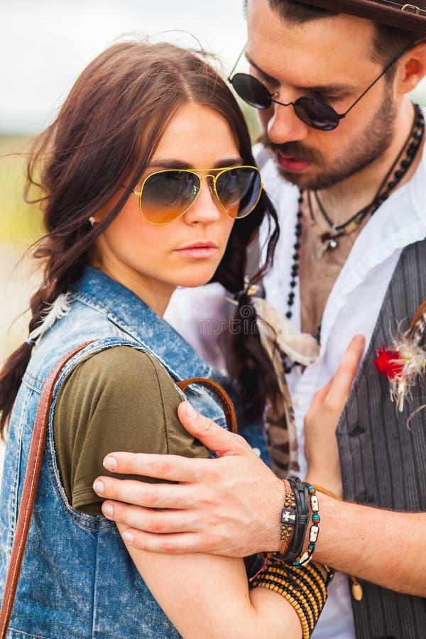 Mann und Frau als boho Hippies gegen blauen Himmel stockbild