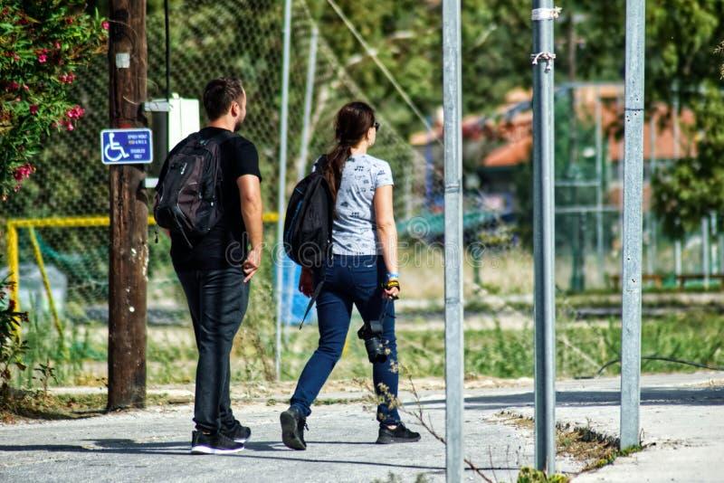 Mann und Frau auf der Straße stockfotos