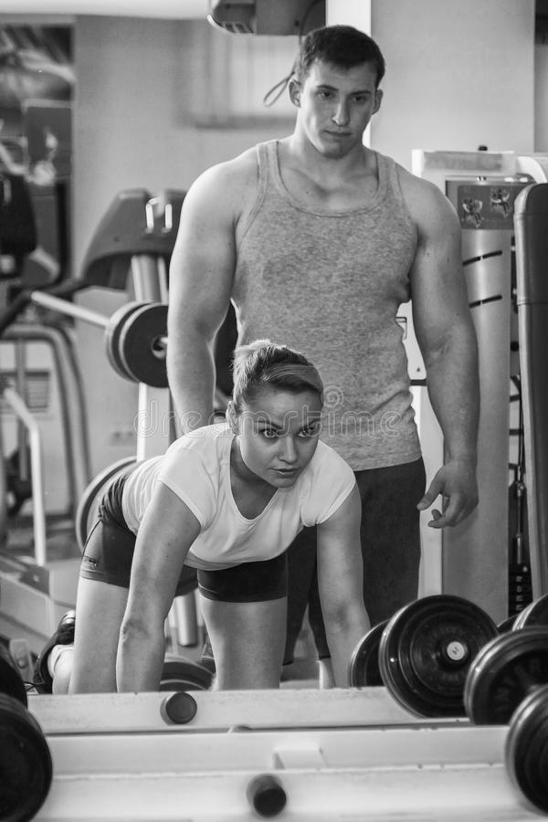 Mann und Frau ausgebildet in der Turnhalle stockfoto