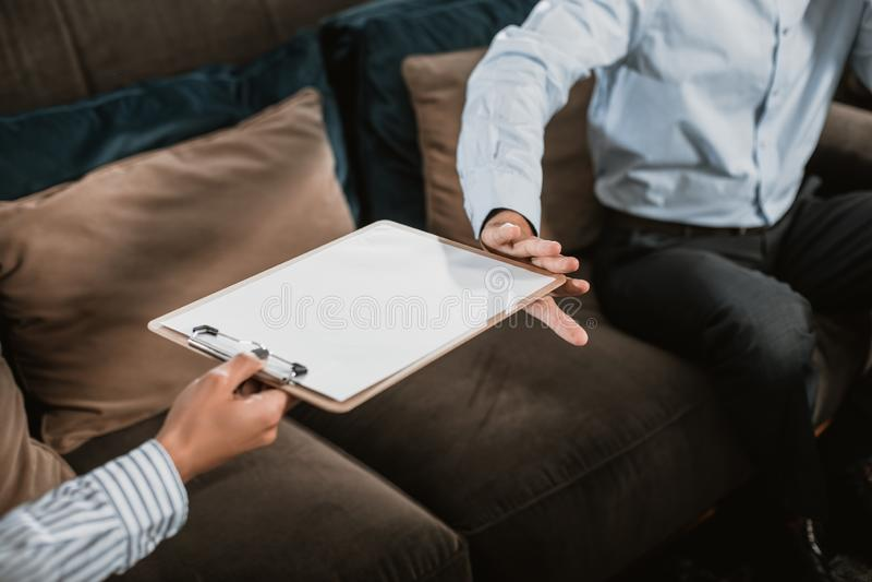Mann und Frau beschäftigen Dokumente nach innen lizenzfreie stockfotografie
