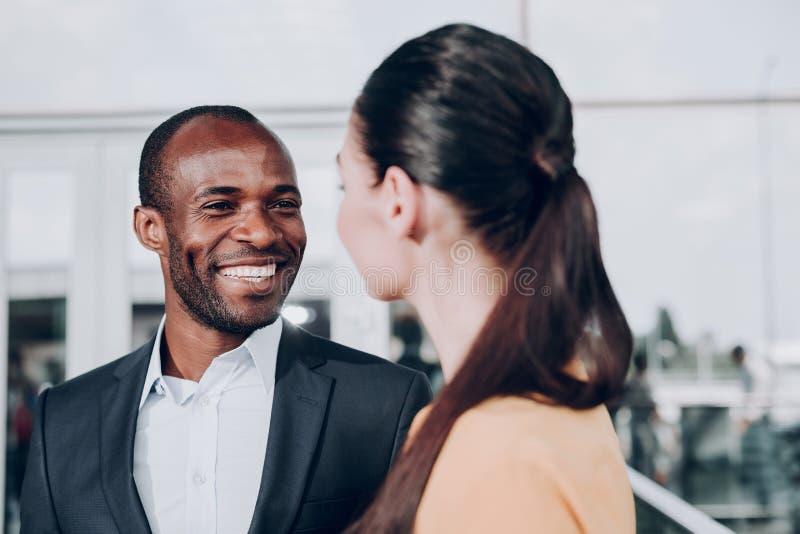 Mann und Frau betrachtet einander lizenzfreie stockfotografie