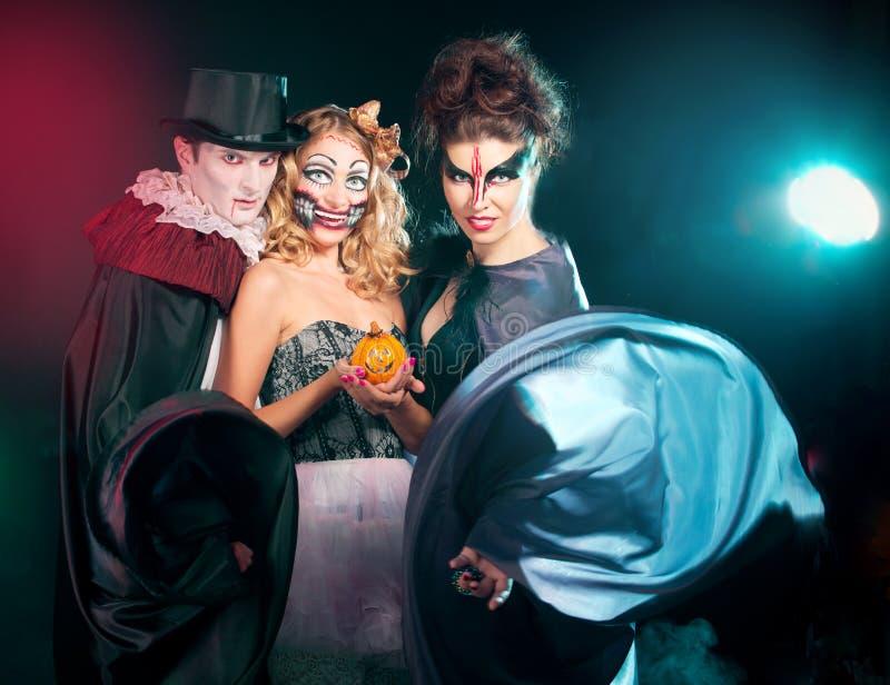 Mann und Frau, die als Vampir und Hexe tragen. Halloween lizenzfreie stockbilder