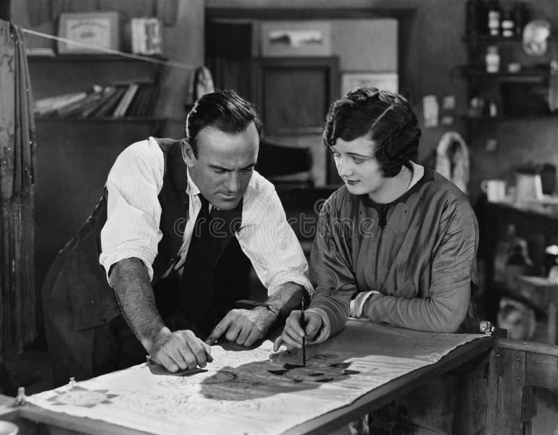 Mann und Frau, die auf Illustration zusammenarbeiten (alle dargestellten Personen sind nicht längeres lebendes und kein Zustand e stock abbildung