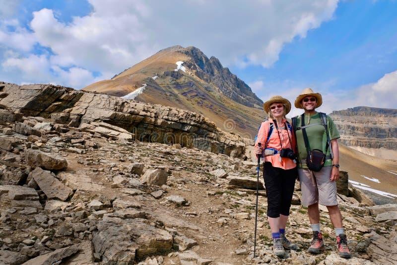 Mann und Frau, die auf Kanadier Rocky Mountains wandern stockfotos