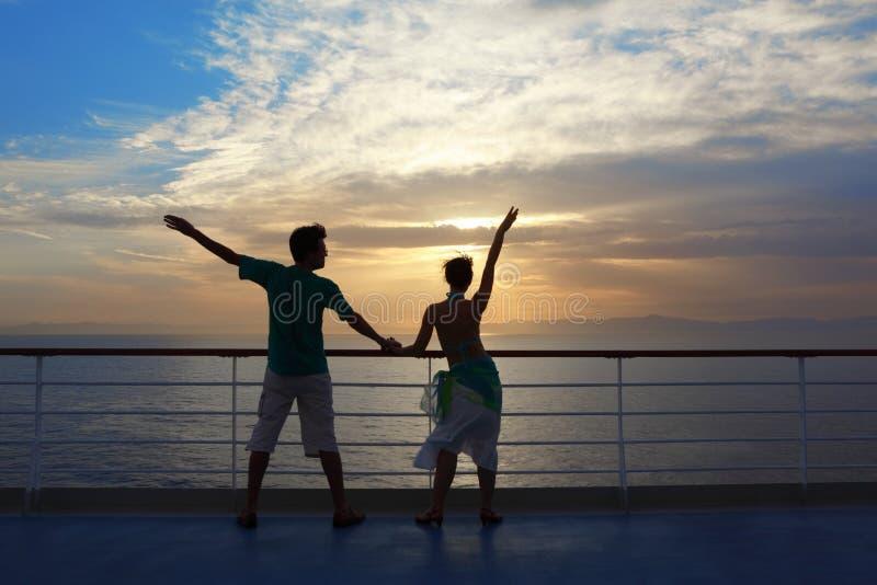 Mann und Frau, die auf Plattform des Kreuzschiffs stehen lizenzfreie stockfotos