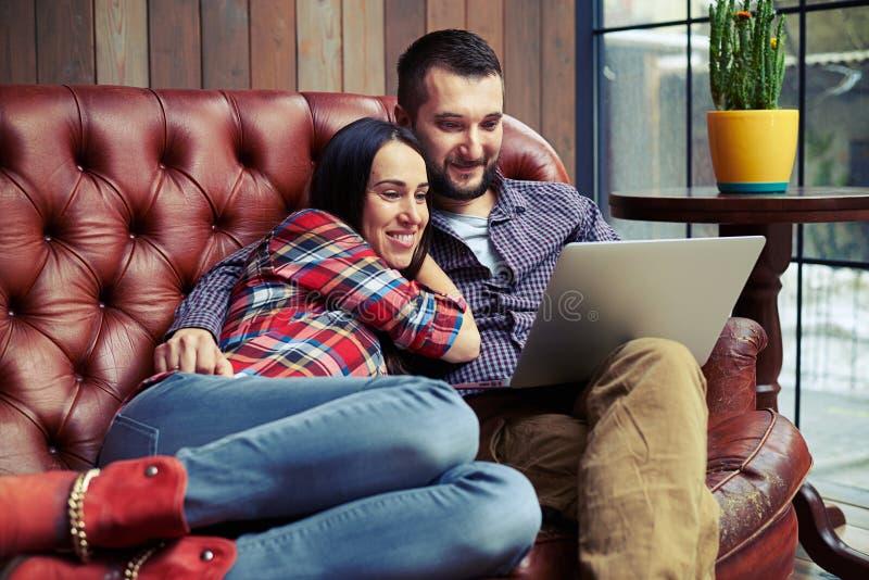 Mann und Frau, die auf Sofa stillstehen stockbilder
