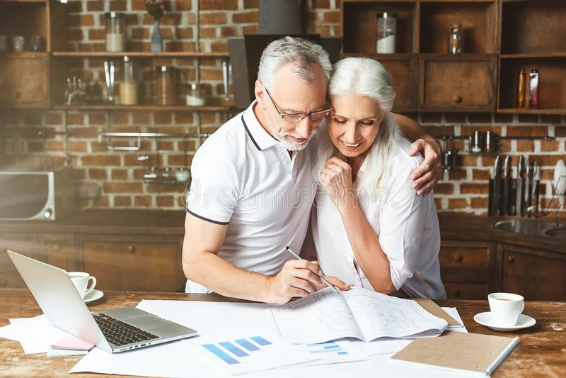 Mann und Frau, die Bauplan betrachten lizenzfreie stockfotografie