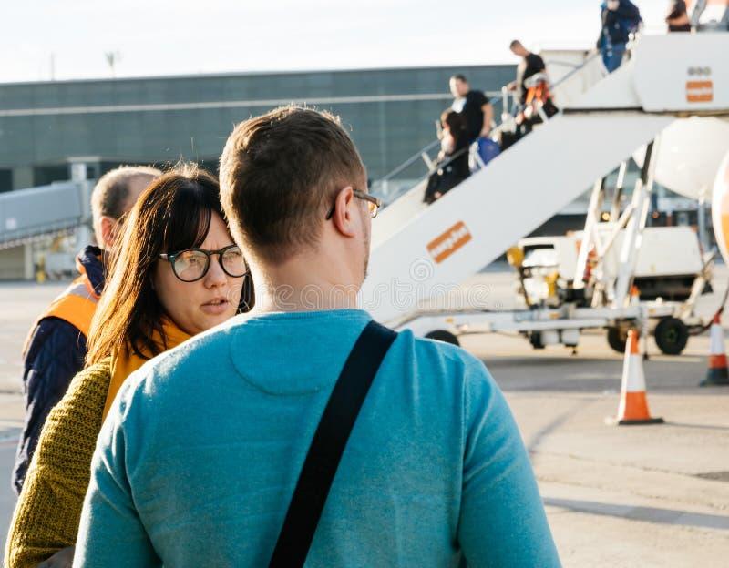 Mann und Frau, die das airc EasyJets Airbus A320-214 OE-IJR betrachten stockfotos