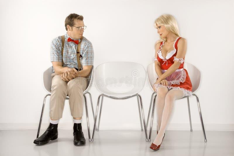 Mann und Frau, die einander anstarren. stockbilder