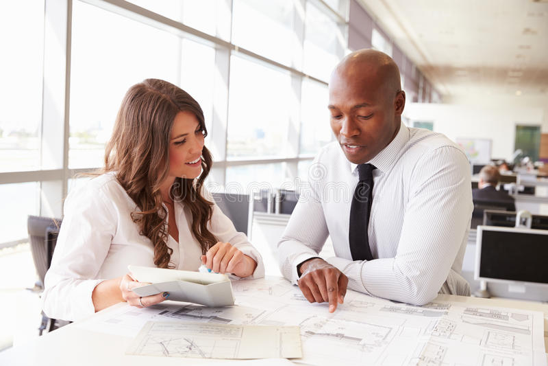 Mann und Frau, die in einem Architekten zusammenarbeiten? s-Büro lizenzfreie stockfotos