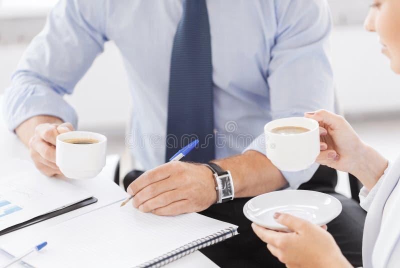 Mann und Frau, die etwas im Büro besprechen stockbild