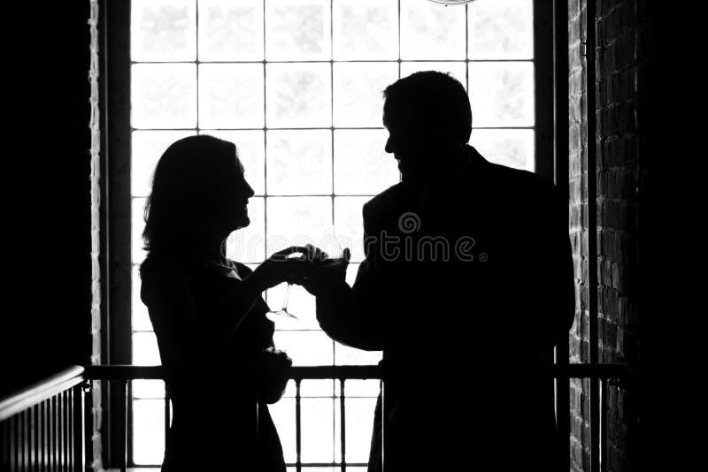 Mann und Frau, die Gläser rösten lizenzfreies stockfoto