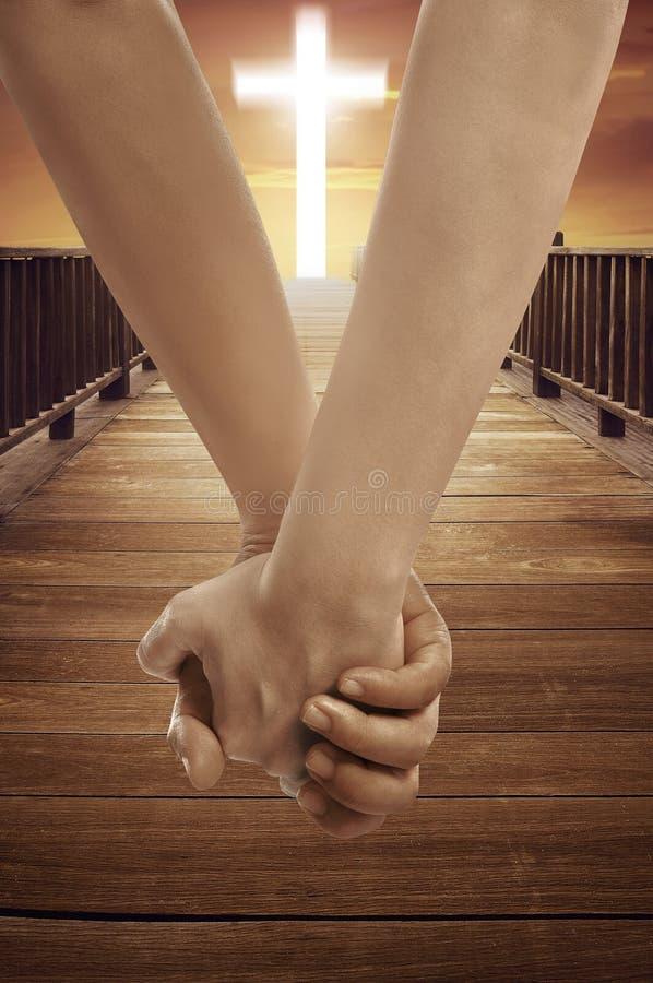 Mann und Frau, die Hand zusammen mit Querreligionssymbol halten stockfotografie
