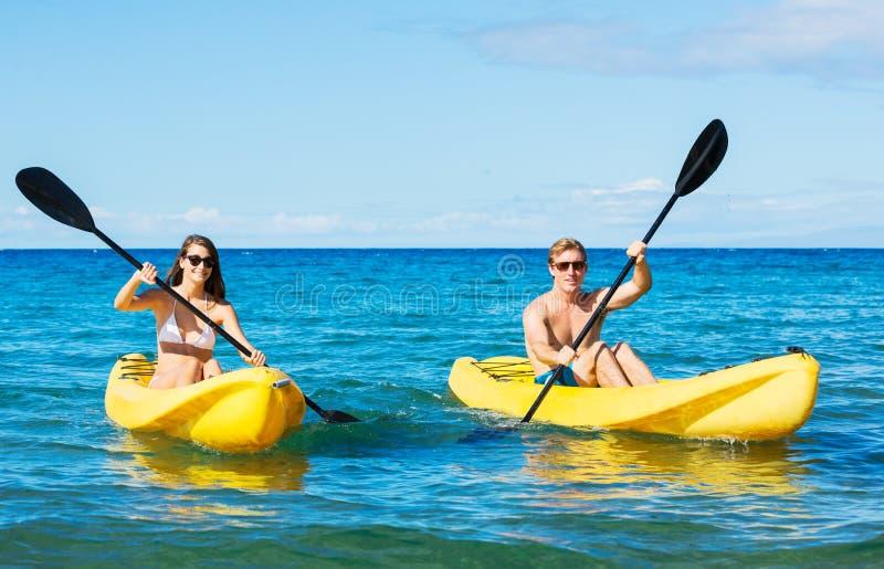 Mann und Frau, die im Ozean Kayak fahren lizenzfreies stockfoto