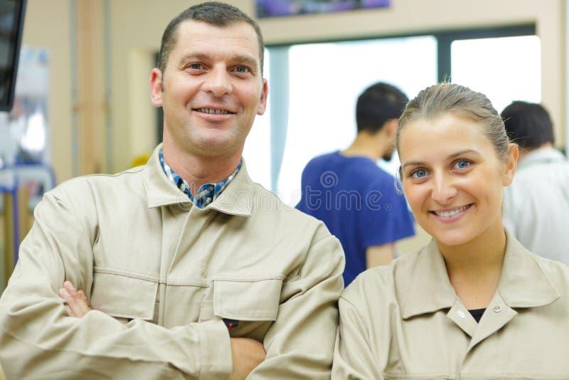 Mann und Frau, die Kamera betrachten stockbilder
