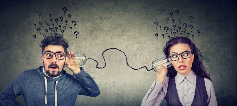 Mann und Frau, die Kommunikation beunruhigt werden stockfotografie