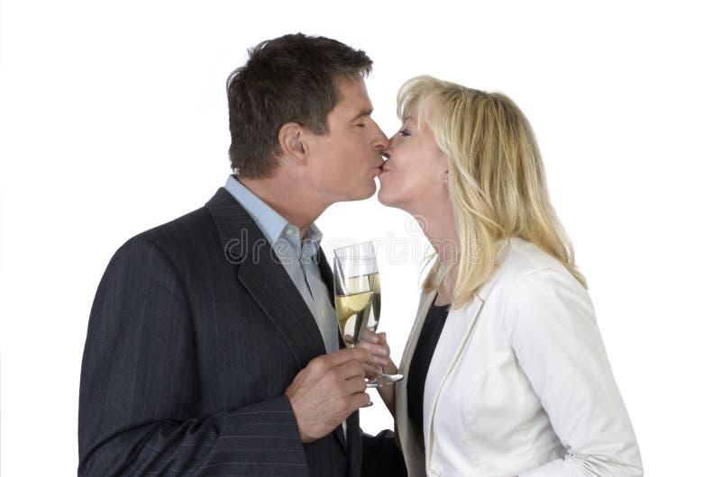 Mann und Frau, die mit Champagne küssen und feiern stockfotografie