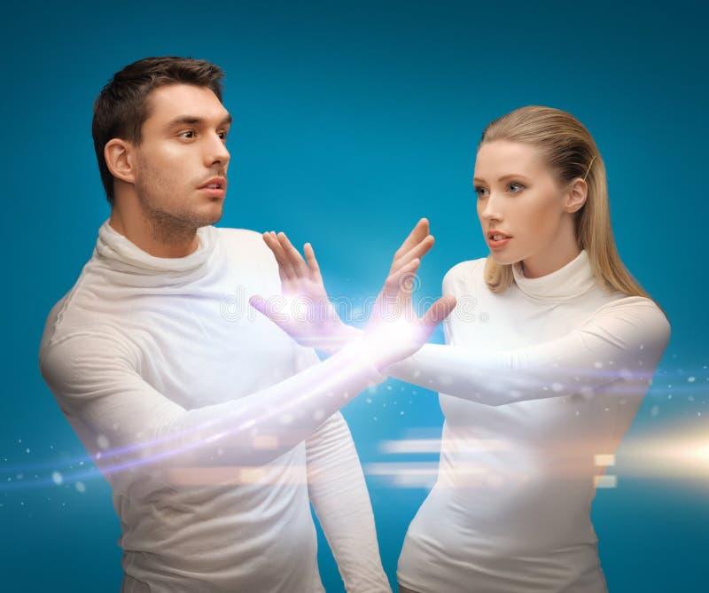Mann und Frau, die mit Magie arbeiten stockbild