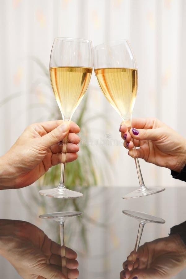 Mann und Frau, die mit Wein feiern lizenzfreie stockfotos