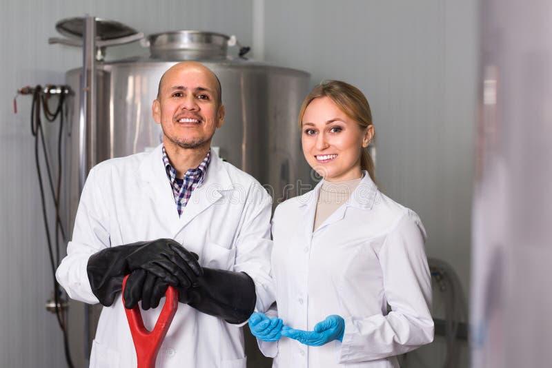 Mann und Frau, die an moderner Brauerei arbeiten stockfoto