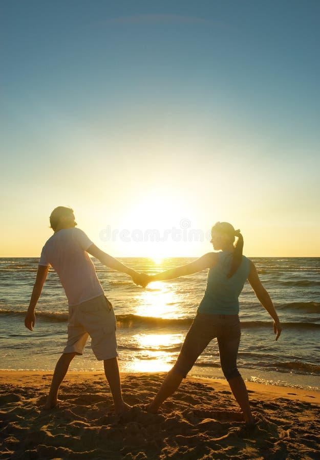 Mann und Frau, die sich entspannen stockfoto