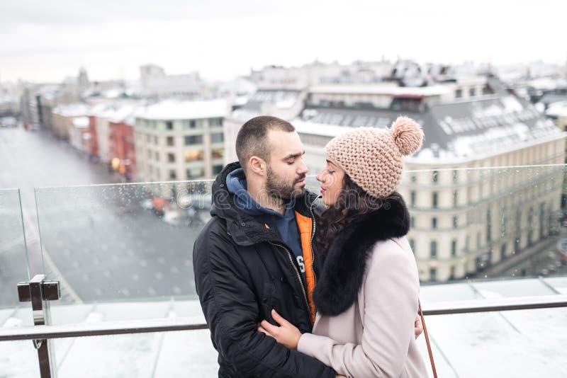 Mann und Frau, die sich umfassen lizenzfreie stockbilder