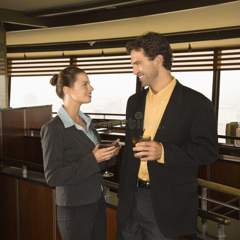 Mann und Frau, die am Stab trinken. stockbild