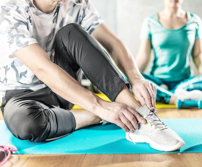 Mann und Frau, die Training im Nachstelleisten auf Yogamatten tun lizenzfreies stockbild