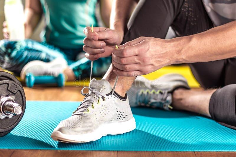 Mann und Frau, die Training im Nachstelleisten auf Yogamatten tun lizenzfreie stockbilder