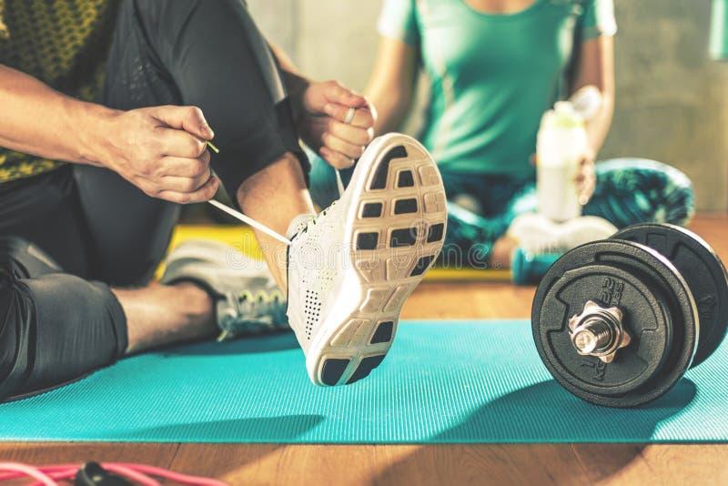 Mann und Frau, die Training im Nachstelleisten auf Yogamatten tun lizenzfreies stockfoto