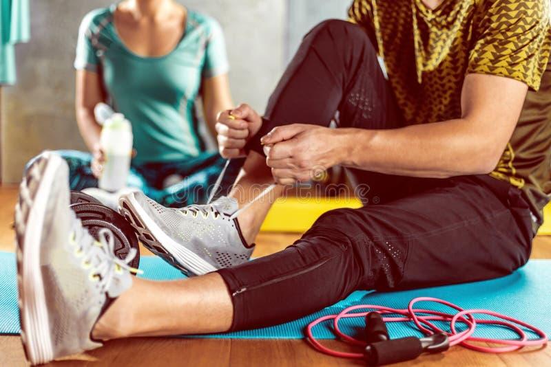 Mann und Frau, die Training im Nachstelleisten auf Yogamatten tun stockbilder