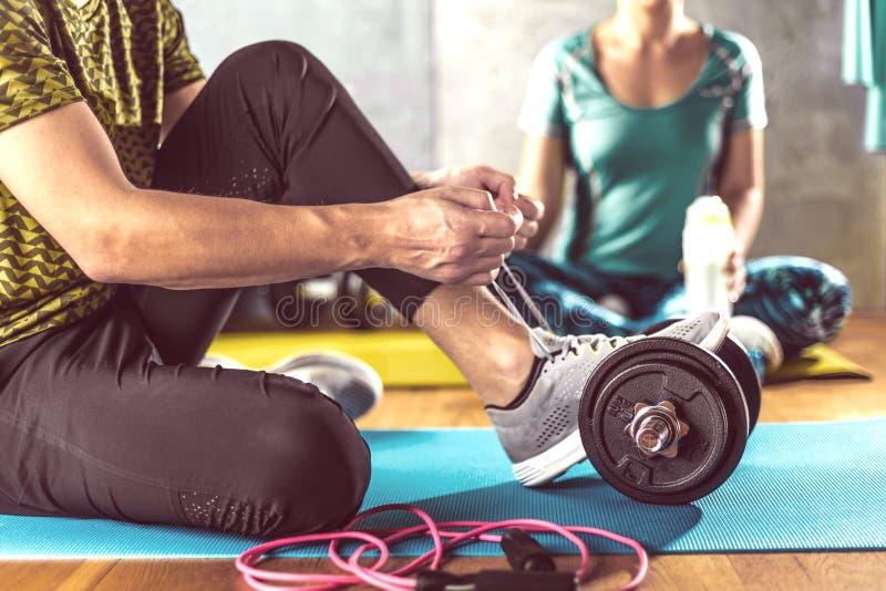 Mann und Frau, die Training im Nachstelleisten auf Yogamatten tun lizenzfreie stockfotografie