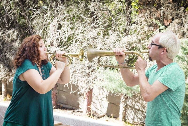 Mann und Frau, die Trompete spielen stockbilder