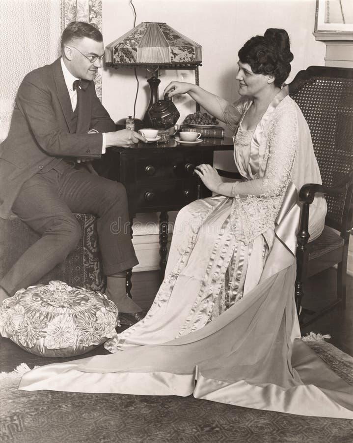 Mann und Frau, die zu Hause Teezeit genießen lizenzfreie stockbilder