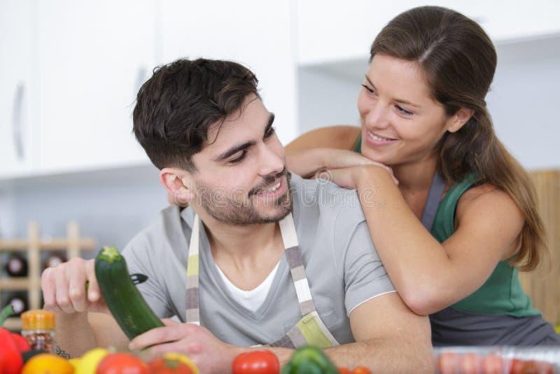 Mann und Frau, die zusammen vegetarisches Gericht kochen lizenzfreie stockfotos