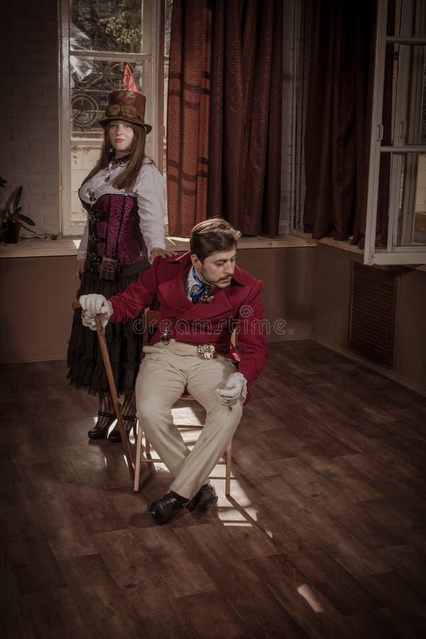 Mann und Frau gekleidet in der Kleidung in steampunk Art stockfotografie