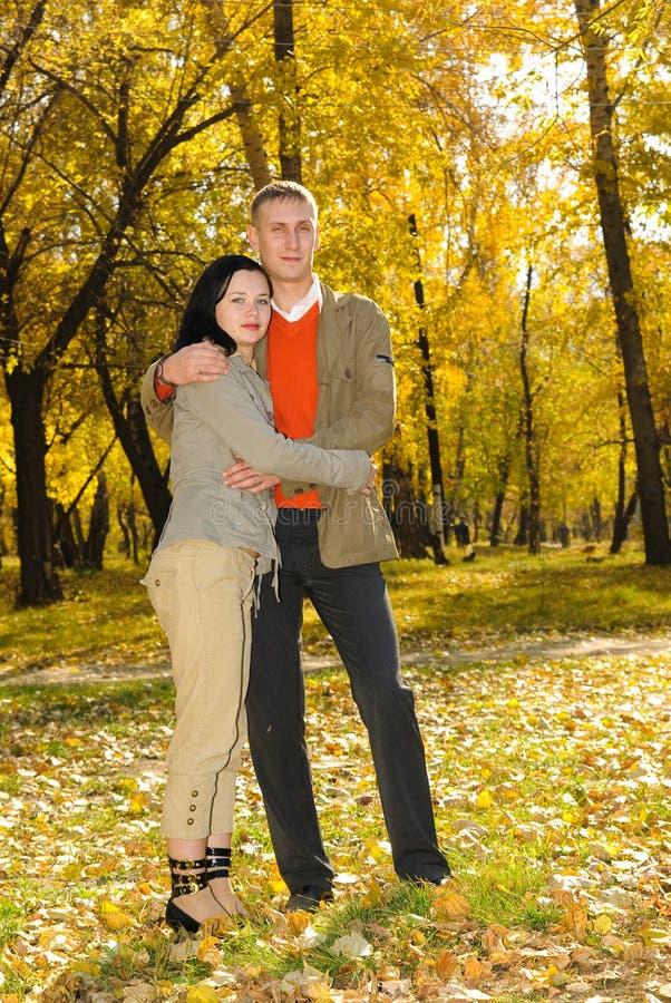 Mann und Frau im Herbstpark lizenzfreies stockbild