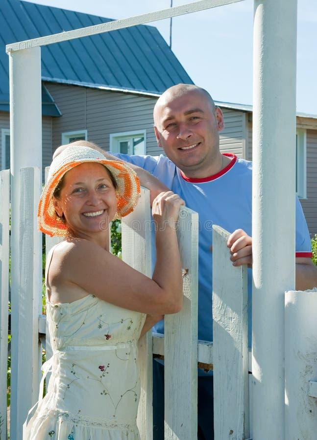 Mann und Frau infront seines Hauses stockbilder