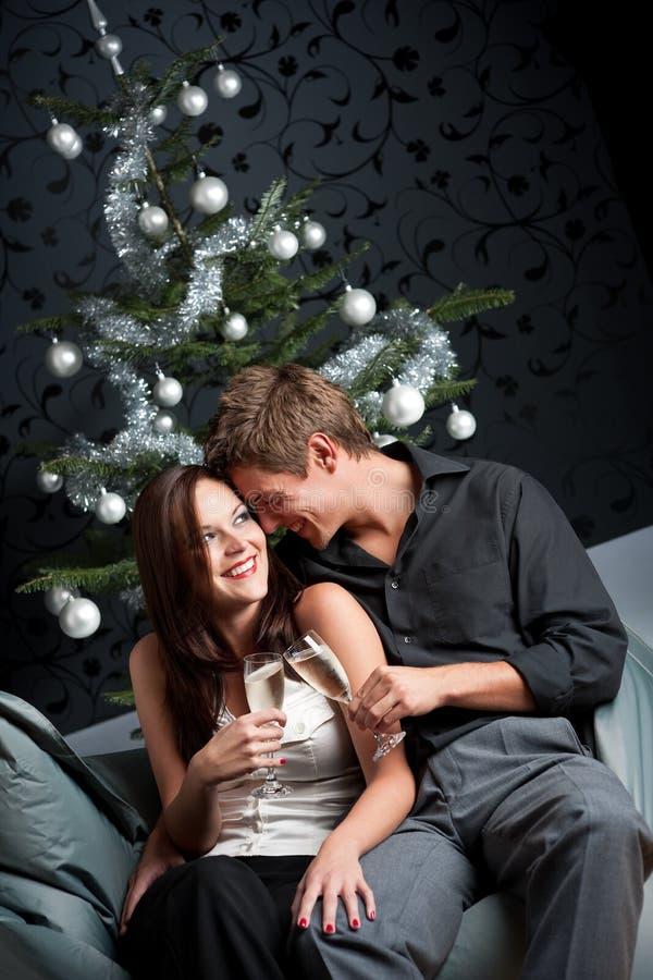 Mann und Frau mit Champagner auf Weihnachten stockbild