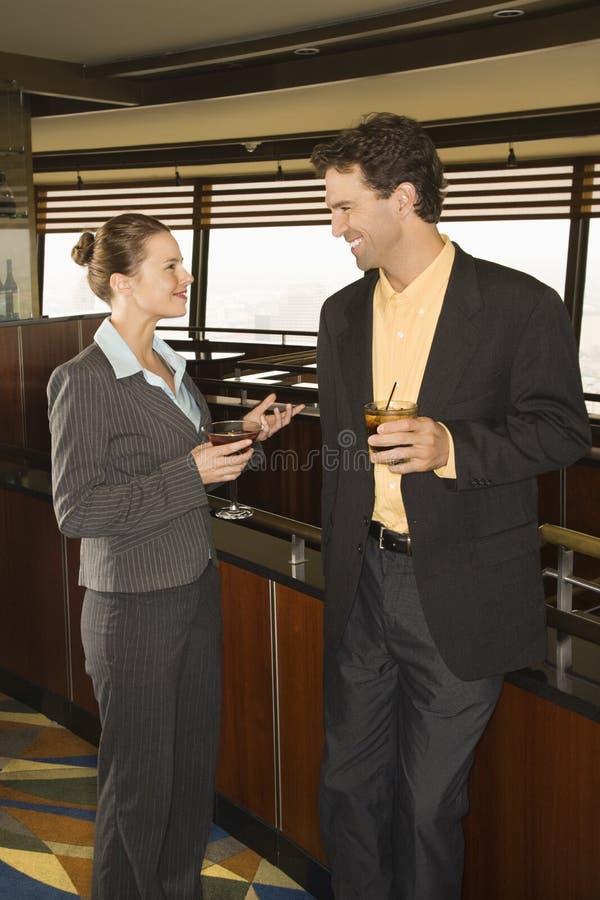 Mann und Frau mit Cocktails. lizenzfreies stockbild