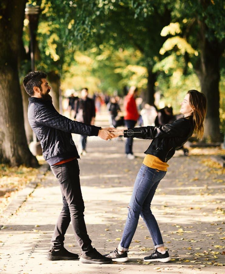 Mann und Frau mit fröhlichen Gesichtern tanzen auf Gassenhintergrund stockfotos
