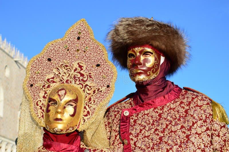 Mann und Frau mit Maske lizenzfreie stockfotos
