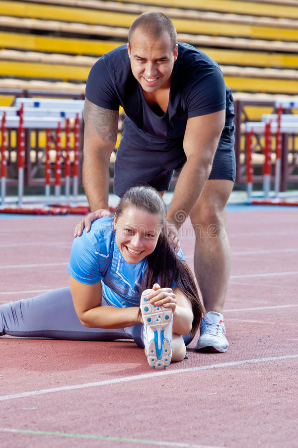 Mann und Frau am Stadion stockfotos
