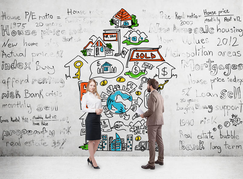 Mann und Frau und Immobilien lizenzfreies stockfoto