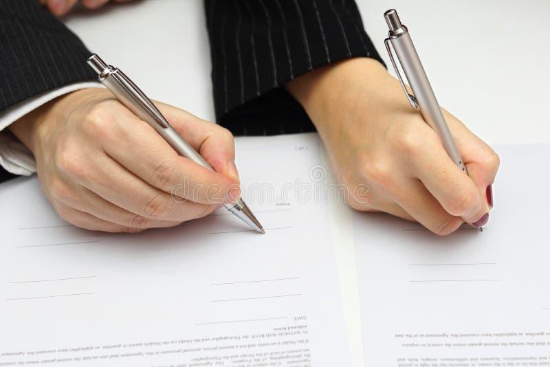 Mann und Frau unterzeichnendes Dokument oder prenup stockfotos