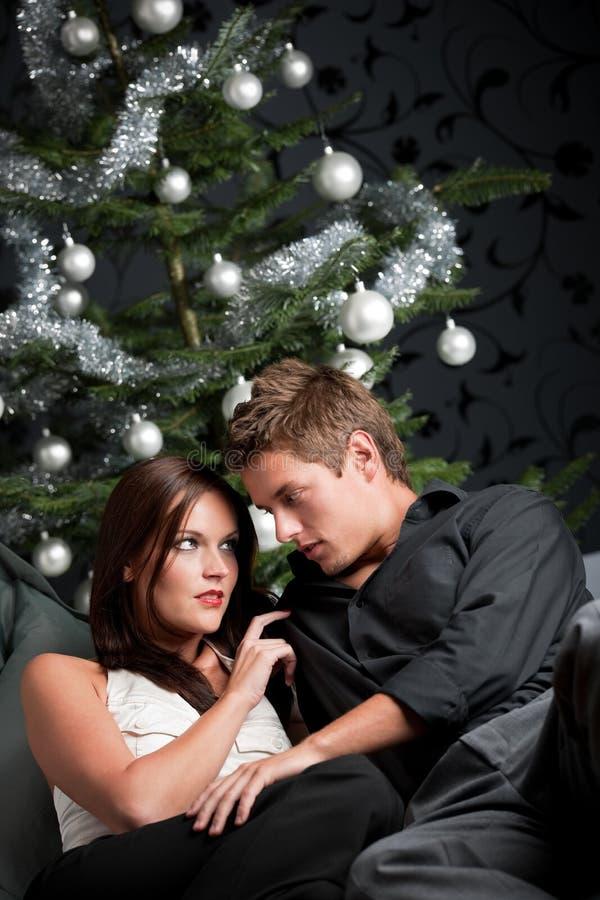 Mann und Frau vor Weihnachtsbaum stockbild