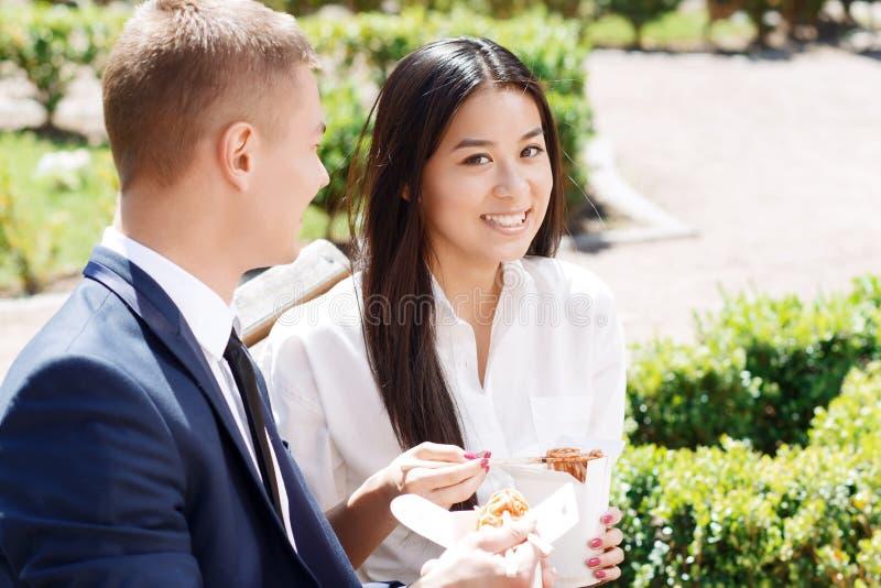 Mann und Frau während der Mittagspause im Park lizenzfreie stockfotografie