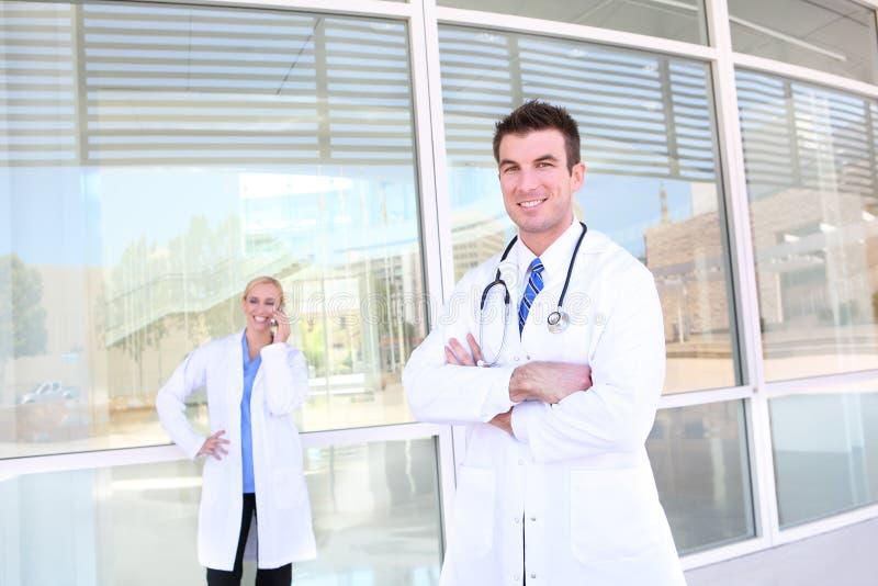 Mann-und Frauen-Ärzteteam lizenzfreie stockbilder
