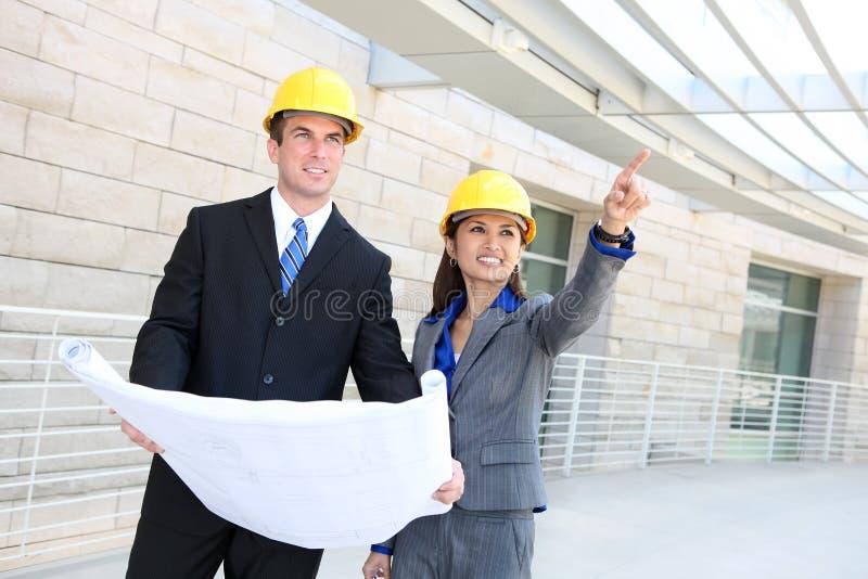 Mann-und Frauen-Aufbau-Team lizenzfreie stockfotografie