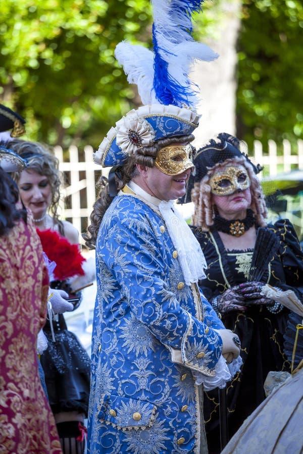 Mann und Frauen in der venetianischen Kostümunterhaltung lizenzfreie stockfotos